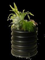 zwarte wormenbak met plantendeksel
